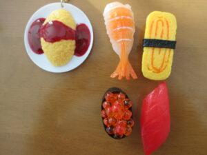 ダイソーとキャンドゥで買ったマグネットとキーホルダー(食品サンプル)